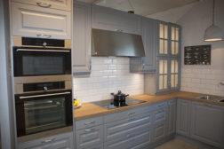 Nice grå kjøkkeninnredning med Bisello Ghiaccio kjøkkenfliser